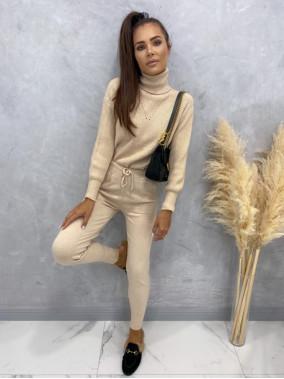 Komplet sweterkowy z golfem jasny beż Nastia 09